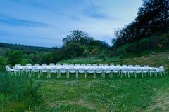 Uma tabela branca longa no gramado Imagem de Stock Royalty Free