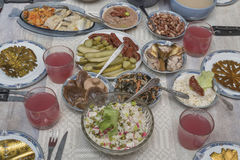 Uma tabela com pratos para o Natal foto de stock