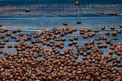 Uma tabela de madeira azul com feijões de café e um croissant fotos de stock