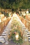 Uma tabela de madeira do casamento em uma vila antiga foto de stock royalty free