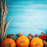 Uma tabela decorada com abóboras, festival da colheita, ação de graças feliz Imagem de Stock