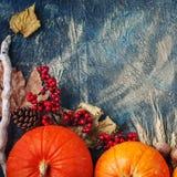 Uma tabela decorada com abóboras, festival da colheita, ação de graças feliz Foto de Stock
