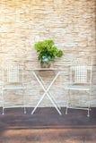 Uma tabela do jardim perto da casa Com um grande, ramalhete das flores fotos de stock royalty free