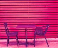 Uma tabela e duas cadeiras das placas de madeira est?o na rua no caf? da cidade s no ver?o imagens de stock royalty free