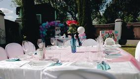 Uma tabela festiva maravilhosa está na jarda A c?mera est? no movimento Os convidados chegarão logo filme