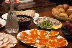 Uma tabela para as bebidas - sanduíches com caviar, arenque, presunto, mushr Fotos de Stock Royalty Free