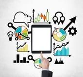 Uma tabuleta, dispositivo digital com a tela do espaço da cópia é cercada por ícones coloridos tirados do negócio Uma mão está em Fotos de Stock Royalty Free