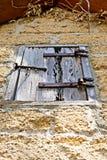 Uma tampa de madeira da janela em uma construção de tijolo velha por motivos do Gonzalez Alvarez House em St Augustine histórico, Foto de Stock Royalty Free