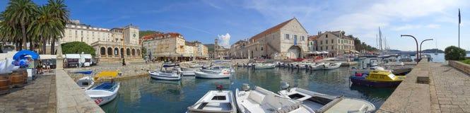 Uma tarde ensolarada no porto de Hvar fotografia de stock royalty free