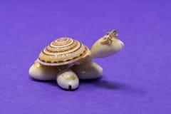 Uma tartaruga decorativa feita dos shell fotografia de stock