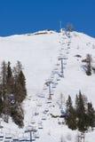 Uma telecadeira do esqui imagens de stock royalty free