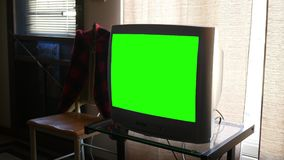 Uma televisão genérica da grande tela padrão grossa do verde da definição na sala de visitas video estoque