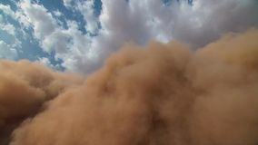 Uma tempestade de areia com o céu azul no deserto de Namib, parque de Naukluft, Namíbia, África imagens de stock royalty free