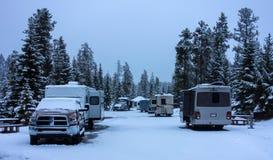 Uma tempestade de neve da mola da surpresa em um acampamento nas montanhas rochosas fotografia de stock royalty free