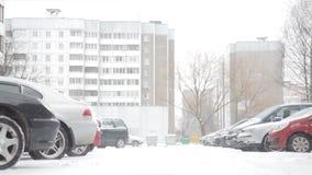 Uma tempestade de neve em uma rua coberto de neve na cidade, inverno da queda de neve pesada vídeos de arquivo