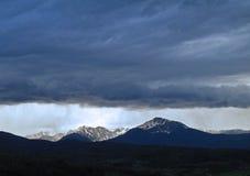 Uma tempestade Rolls dentro no crepúsculo Foto de Stock
