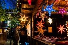 Uma tenda do mercado do Natal fotografia de stock royalty free