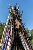 Uma tenda feita dos esquis fora imagem de stock