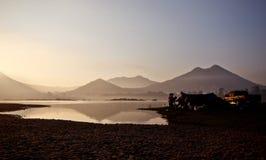 Uma terra que acampa perto de um rio Imagens de Stock Royalty Free