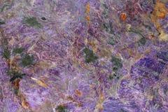 Uma textura do mineral natural do charoite Imagens de Stock