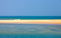 Uma tira estreita da areia no mar Foto de Stock