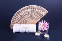 Uma toalha branca, um fã de madeira, Imagens de Stock