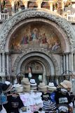 Uma tomada dos merchant's na frente do marco basílico de san do pazzia mim Imagem de Stock Royalty Free
