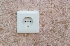 Uma tomada elétrica na parede no escritório ou no apartamento Fotografia de Stock Royalty Free