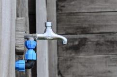 Uma torneira de água fora imagens de stock royalty free