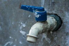 Uma torneira de água na parede Imagem de Stock