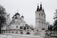 Uma torre de pedra branca bonita da igreja e de sino Imagem de Stock Royalty Free