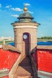 Uma torre de protetor da fortaleza de Peter e de Paul no por do sol Fotos de Stock