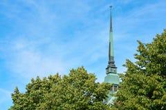 Uma torre de pulso de disparo de Saint George Church em Mariehamn imagem de stock royalty free