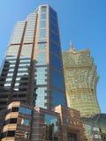 Uma torre do escritório do Banco da China com o casino grande de Lisboa no fundo em Macau fotografia de stock royalty free