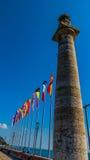Uma torre e umas euro- bandeiras em Italia Fotografia de Stock Royalty Free