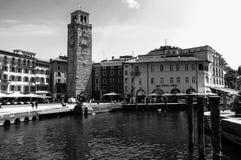 Uma torre em Italia ao lado do garda do lago Imagens de Stock