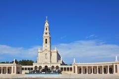 Uma torre enorme e uma colunata de mármore imagens de stock royalty free