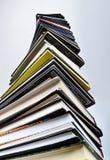 Uma torre grande de muitos livros foto de stock royalty free