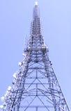 Uma torre satélite Imagens de Stock Royalty Free