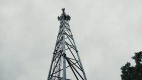 Uma torre típica do telefone celular da origem indiana imagens de stock