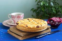Uma torta americana ou europeia tradicional da cereja feita do shortcake Estilo rústico fotografia de stock royalty free