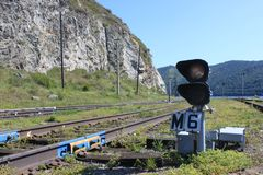 Uma trilha do trem que conduz na distância imagens de stock royalty free