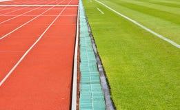 Uma trilha e uma grama running. Foto de Stock