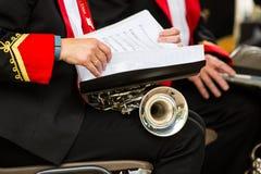 Uma trombeta e uma partitura fotografia de stock