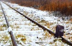Uma trouxa na trilha de estrada de ferro fotos de stock royalty free