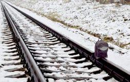 Uma trouxa na trilha de estrada de ferro fotografia de stock royalty free