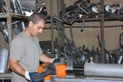 Uma tubulação de dobra do trabalhador Foto de Stock