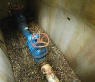 Uma tubulação e uma válvula de água Foto de Stock