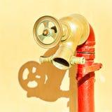 Uma tubulação nova e um torneira de água Imagens de Stock Royalty Free