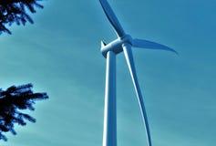 Uma turbina eólica elétrica em ireland Imagens de Stock Royalty Free